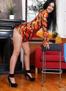 Стройная брюнетка Vanessa Vaughn позирует обнаженной - фото #