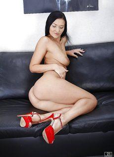 Милашка полностью обнажилась и расположилась на диванчике - фото #15