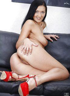 Милашка полностью обнажилась и расположилась на диванчике - фото #16