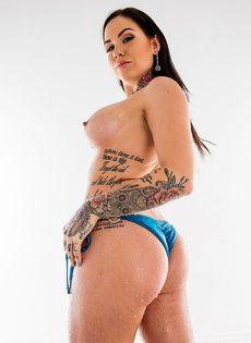 Фото сессия для мужского журнала умопомрачительной татуированной брюнетки - фото #15