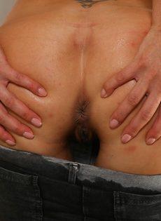 Светловолосая потаскушка писает во время мастурбации - фото #5