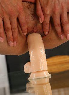Светловолосая потаскушка писает во время мастурбации - фото #7