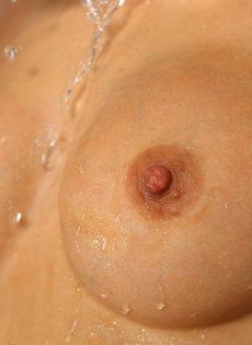 Светловолосая потаскушка писает во время мастурбации - фото #14