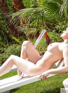 Голая крупная женщина в тропическом саду - фото #15