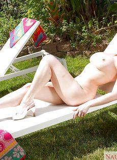Голая крупная женщина в тропическом саду - фото #16