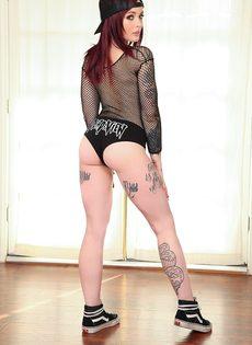 Молоденькая татуированная красавица в кепке с маленькими сиськами - фото #2