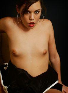 Элегантная девушка с крошечными сиськами мастурбирует - фото #7