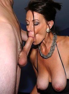 Баба вывалила натуральные сиськи и пососала пенис - фото #12