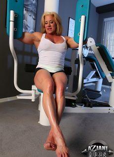 Зрелая спортивная женщина показывает большой клитор в тренажерном зале - фото #3
