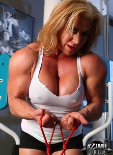 Зрелая спортивная женщина показывает большой клитор в тренажерном зале - фото #5