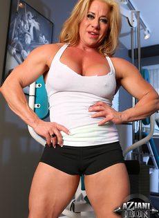 Зрелая спортивная женщина показывает большой клитор в тренажерном зале - фото #8