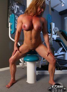 Зрелая спортивная женщина показывает большой клитор в тренажерном зале - фото #13