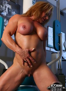 Зрелая спортивная женщина показывает большой клитор в тренажерном зале - фото #14