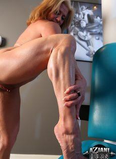 Зрелая спортивная женщина показывает большой клитор в тренажерном зале - фото #15