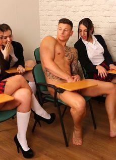 Сексуальные развлечения студентов и преподши в классе - фото #7
