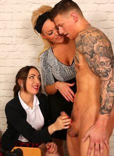 Сексуальные развлечения студентов и преподши в классе - фото #13