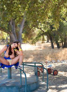 Раздвинула ноги чтобы мастурбировать на детской площадке - фото #16