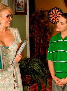 Жаркая мамаша в очках развлекается с молодым чуваком - фото #2
