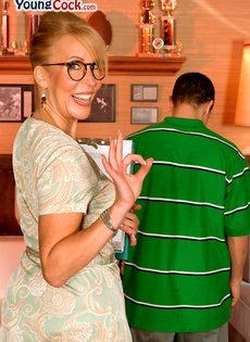 Жаркая мамаша в очках развлекается с молодым чуваком - фото #4