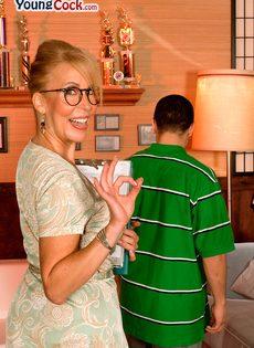Жаркая мамаша в очках развлекается с молодым чуваком - фото #5