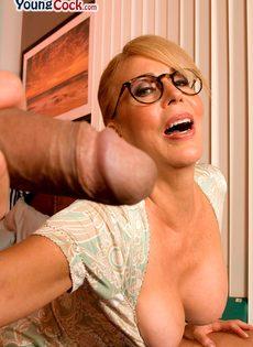 Жаркая мамаша в очках развлекается с молодым чуваком - фото #16