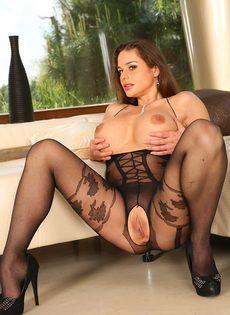 Эротические фото великолепной брюнетки в сексуальном наряде - фото #15