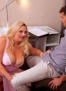 Толстая блондинка зажимает половой член большими дойками - фото #1