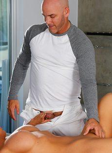 Обнаженная милфа отсасывает у своего массажиста лежа на столе (Richelle Ryan) - фото #2