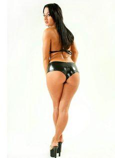 Аппетитная брюнетка в сексуальных кожаных трусиках - фото #2