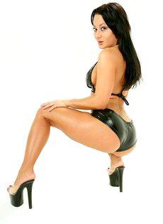 Аппетитная брюнетка в сексуальных кожаных трусиках - фото #5