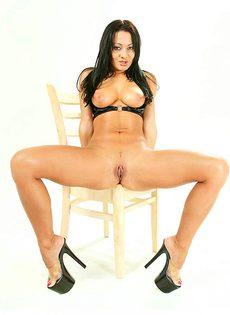 Аппетитная брюнетка в сексуальных кожаных трусиках - фото #12