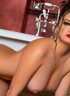Сисястая красавица нежится в теплой ванне - фото #8
