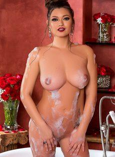 Сисястая красавица нежится в теплой ванне - фото #13