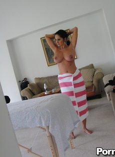 Горячая брюнетка Ava Adams с огромными сиськами готовится к массажу - фото #2