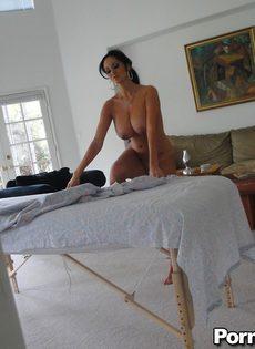 Горячая брюнетка Ava Adams с огромными сиськами готовится к массажу - фото #5