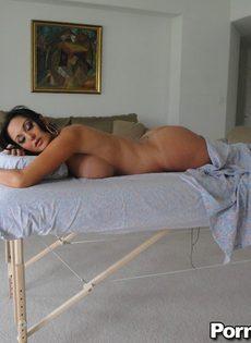 Горячая брюнетка Ava Adams с огромными сиськами готовится к массажу - фото #12