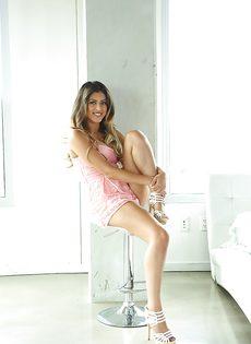 Небритая киска и упругие сиськи смазливой сучки Sophia Leone - фото #1