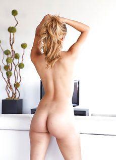 Небритая киска и упругие сиськи смазливой сучки Sophia Leone - фото #12
