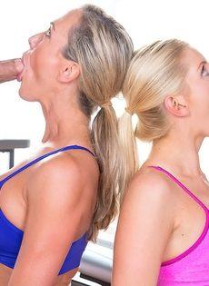 Блондинки со спортивными фигурками делают классный отсос - фото #12