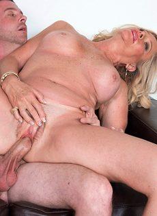 После анального секса старушка наглоталась спермы - фото #11