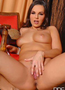 Красивая девица Eve Angel вставила два пальчика во влагалище - фото #11