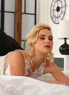 Красотка в свадебном платье получила член в рот и в задницу - фото #6