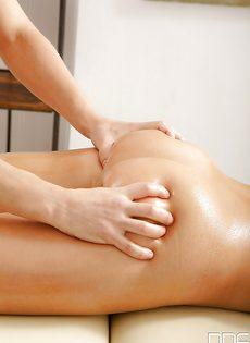 Эротический массаж заканчивается мощным сексом и множеством спермы для Милан Блан - фото #3