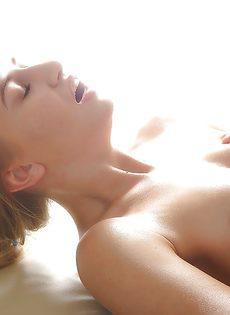Эротический массаж заканчивается мощным сексом и множеством спермы для Милан Блан - фото #11