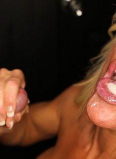 Женщина сосет хуи через дырку в стене и глотает сперму - фото #3