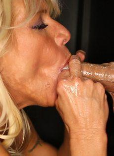 Женщина сосет хуи через дырку в стене и глотает сперму - фото #4