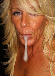 Женщина сосет хуи через дырку в стене и глотает сперму - фото #10