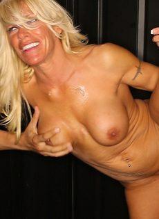 Женщина сосет хуи через дырку в стене и глотает сперму - фото #11