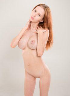 Рыжеволосая тёлка демонстрирует фотографу большие груди - фото #9