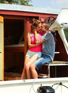 Приятно заниматься сексом с молодой  грудастой девушкой на яхте - фото #1